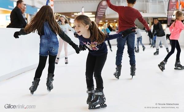 Ekologiskt vinternöje med Glice syntetisk isrink vid Balexert Mall i Genève