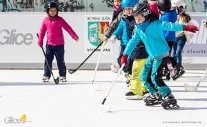 Der Eisknappheit entkommen: synthetische Eisbahn von Glice an Prager Schule