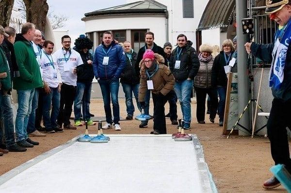 Competizione Aziendale con Piste da Curling Glice® Eisstock presso un Resort sulla Costa Tedesca
