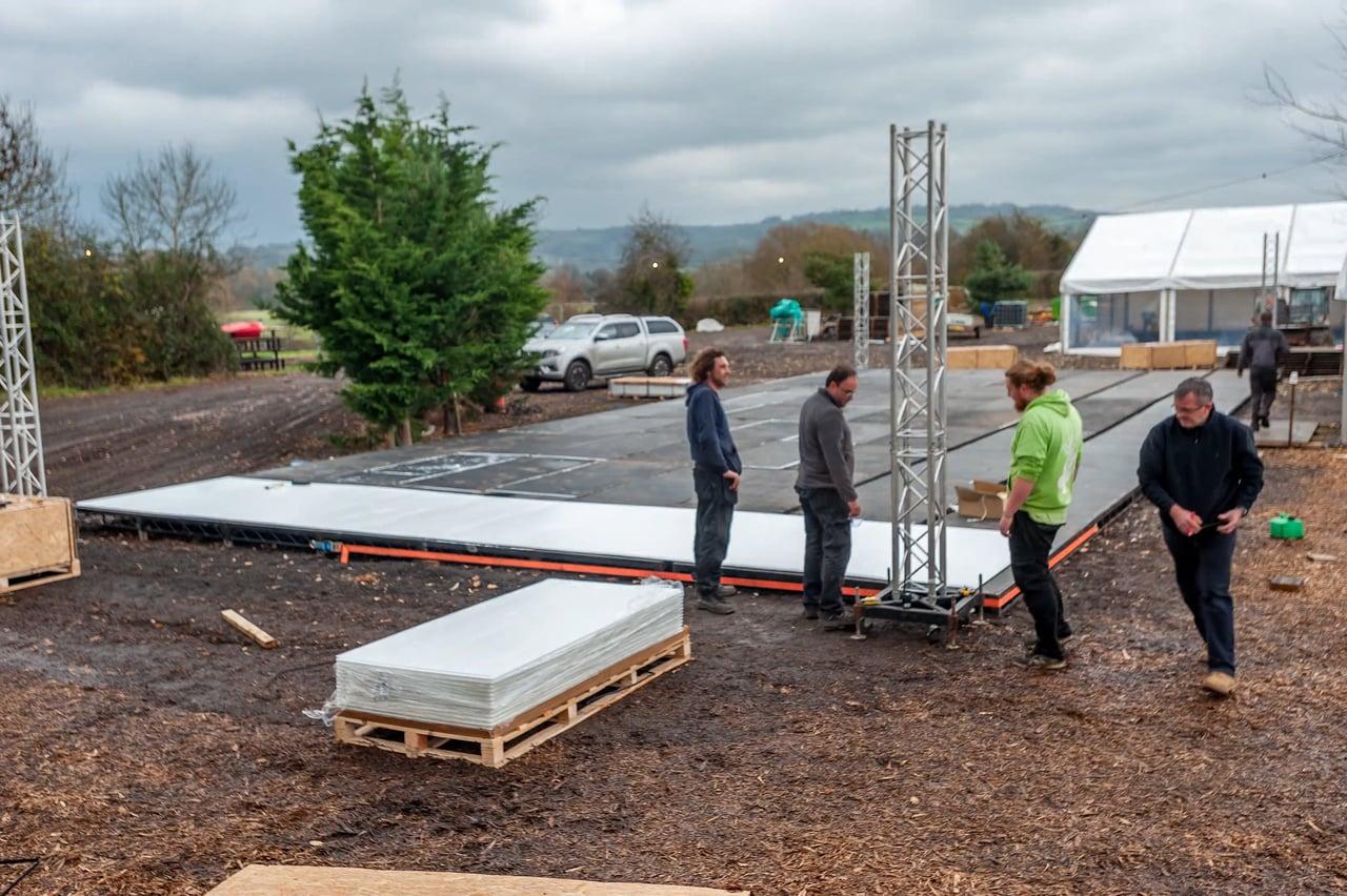 Ein paar Hände & Stunden: Glice® synthetische Eisbahnen sind in Rekordzeit installiert