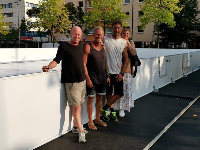 Eine Glice-Eisbahn aus synthetischem Eis wird in Hanau, Deutschland, innerhalb weniger Stunden aufgebaut