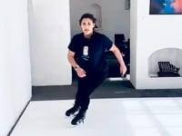 Eishockey Athletin Sandra trainiert auf synthetischem Eis zu Hause in Kapstadt
