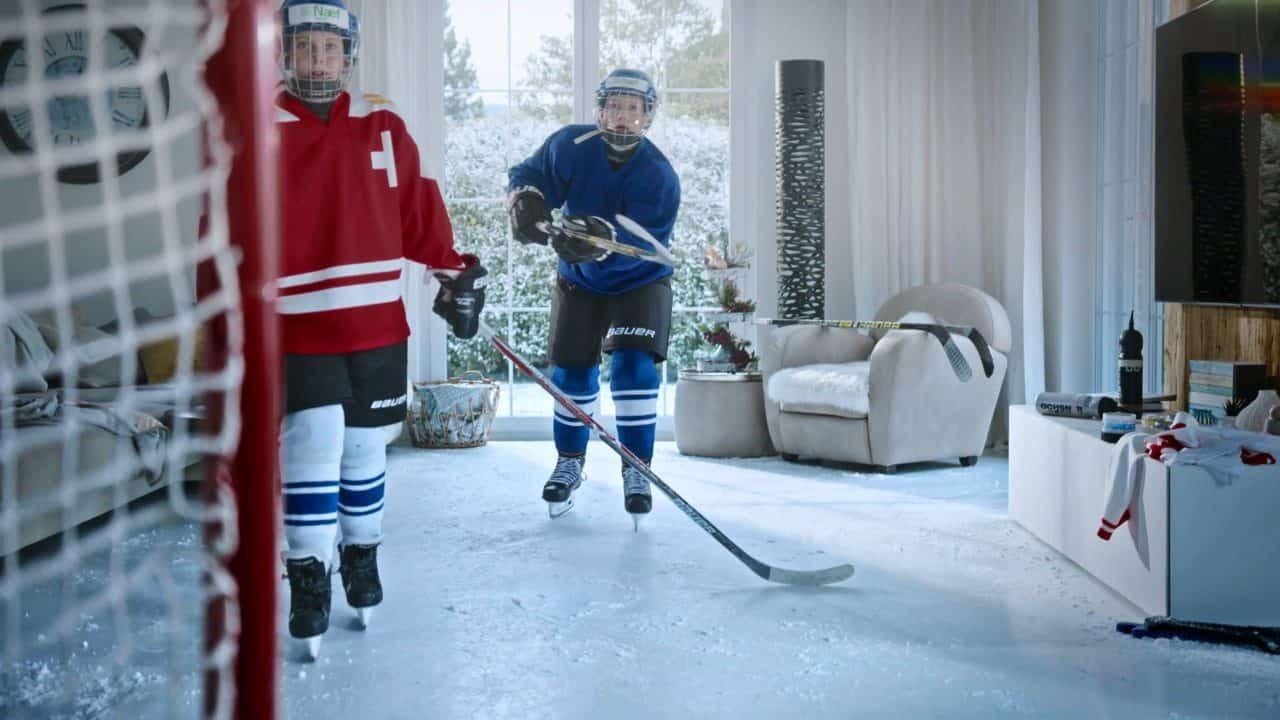 Eishockey im Wohnzimmer – Glice synthetisches Kunsteis in Schweizer Werbefilm