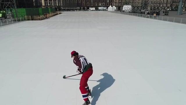 首次在墨西哥城的佐卡洛建成的世界上最大的生态仿真冰场滑冰