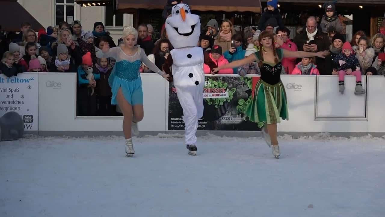 Charaktere aus Disneys Eiskönigin bieten Eiskunstlauf-Show auf Glice® synthetischer Eisbahn in Teltow