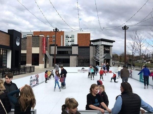 Una pista in Ghiaccio Sintetico Glice® regala divertimento invernale ecologico in un centro commerciale di Cleveland