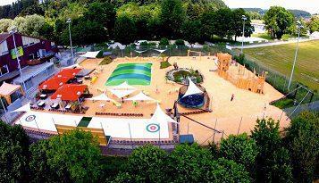 Glice Eisstock Bahnen aus synthetischem Eis beim BEO Funpark in der Schweiz