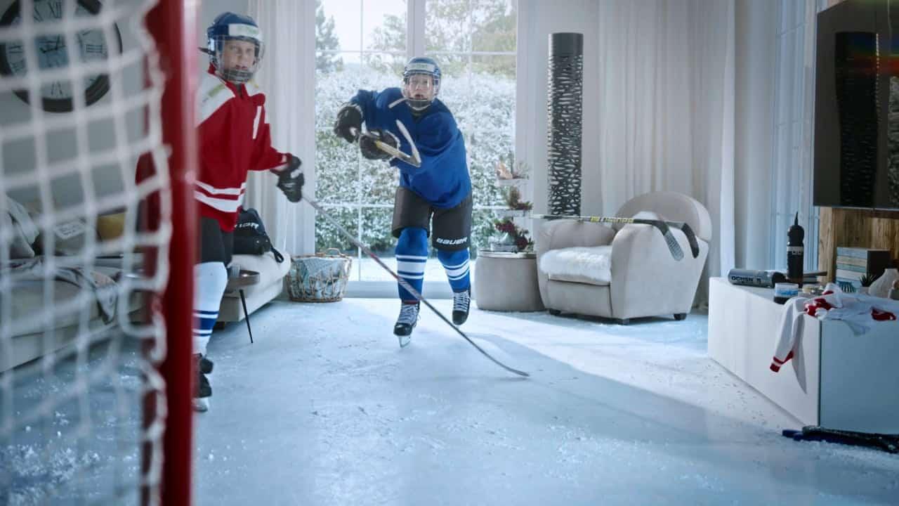 Hockey en el salón – Aparece una pista de hielo sintético de Glice en un anuncio suizo