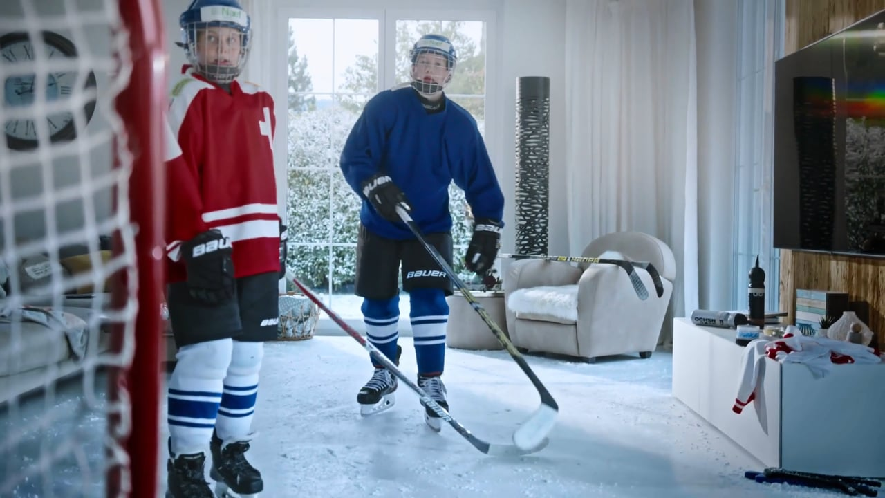 Hockey in de woonkamer? Glice Synthetisch ijs schittert in Zwitserse reclame!