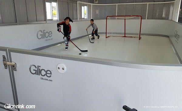 Genitori giapponesi montano una Mini Arena Glice® in ghiaccio sintetico Glice® per i loro figli