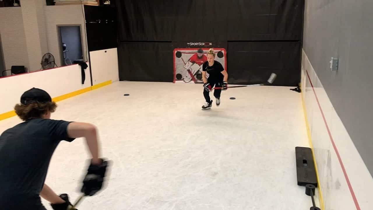 Kanadische Eishockey-Nationalspielerin trainiert auf Glice Synthetikeis