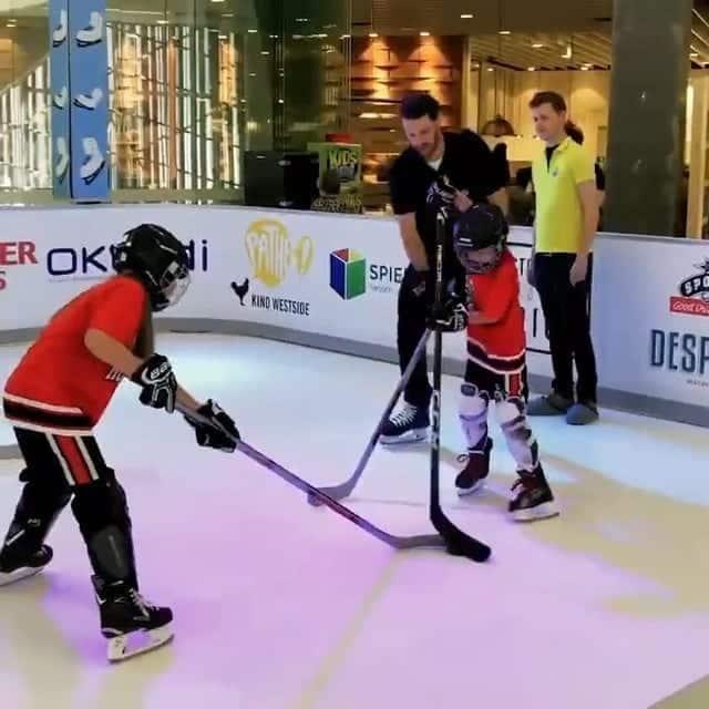 Sommer Eishockey: SC Bern besucht Glice® Kunsteisbahn im Westside Bern