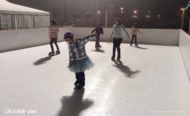 Spaß beim Schlittschuhlaufen auf der Glice® Premium synthetischen Eisfläche beim FC Haag, Schweiz