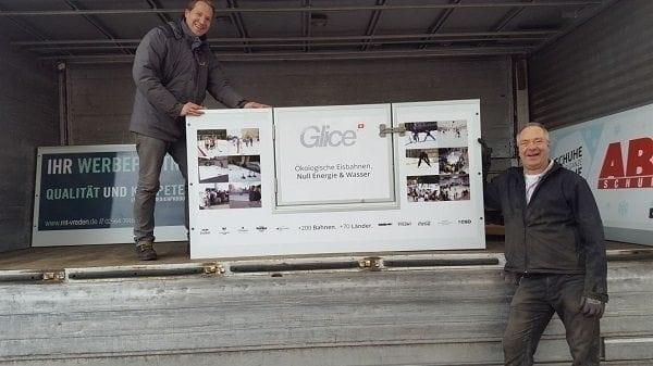 Vater und Sohn installieren eine synthetische Eisbahn von Glice® an ihrem Hotel Meyerink in Vreden