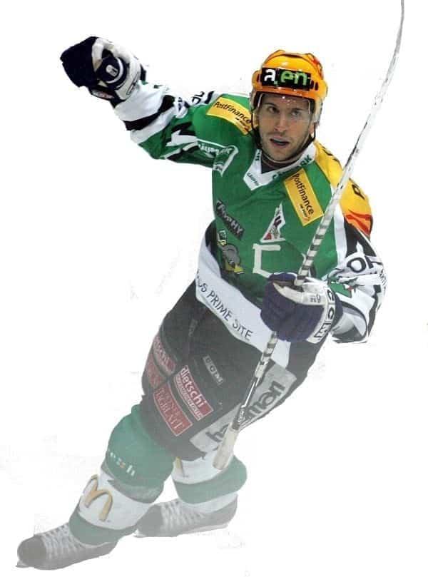 Le piste in ghiaccio artificiale Glice® sono impazienti di dare il benvenuto a bordo al giocatore di hockey su ghiaccio Tassilo Schwarz
