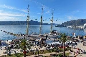 Patinoire synthétique Glice et paysage de rêve à Tivat, au Montenegro